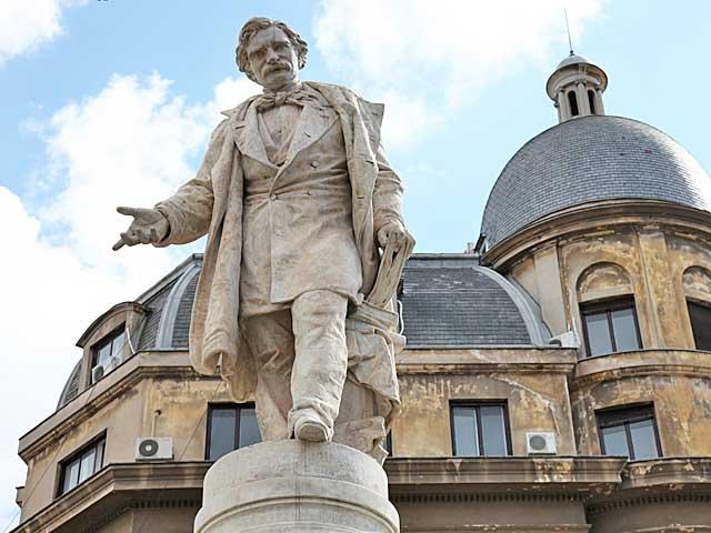 Imagini pentru statuia lui Ion Heliade Rădulescu photos