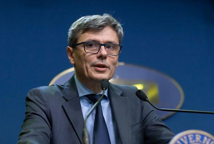 Virgil Popescu a numit în locul unui cadru universitar în CA la Salrom un multiplu condamnat penal